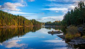 Stille innsjø en sommerdag