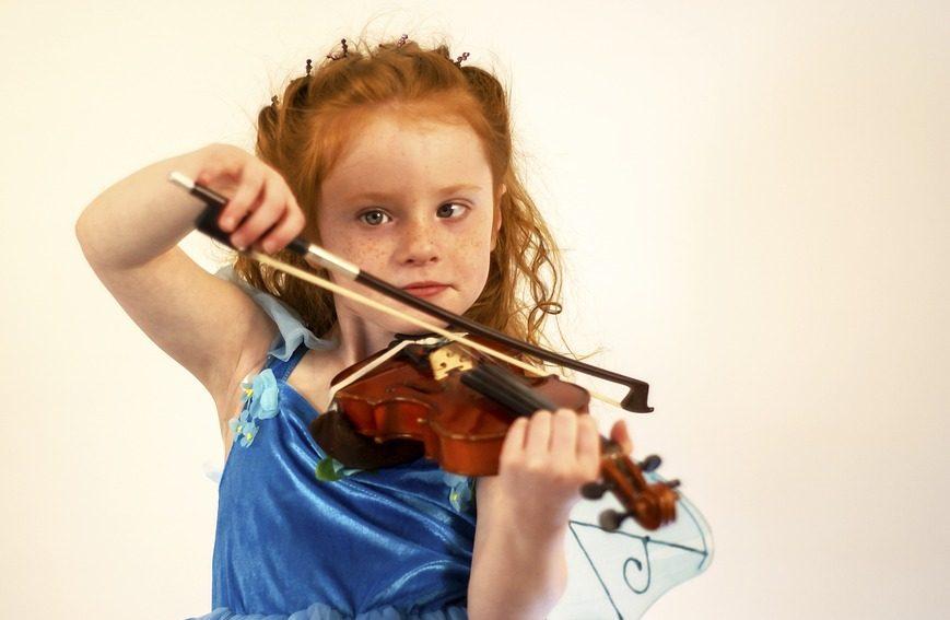 barn som spiller fiolin.
