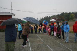 Barn i aktivitet på friidrettsbanen. Foto.