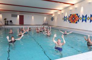 Svømmehall. Mennesker som bader. Foto