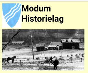 Gammelt fotografi fra gård med arbeidsfolk og hest. Tekst Modum historielag.