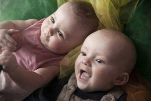 To babyer som smiler. Foto.