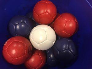 Røde, hvite og blå baller i bøtte. Foto.