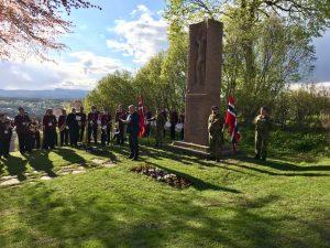 Mennesker som markerer frigjøringsdagen og veteranene ved bautaen på Heggen. Foto,