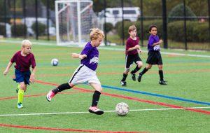 Fire personer som spiller fotball. Foto.