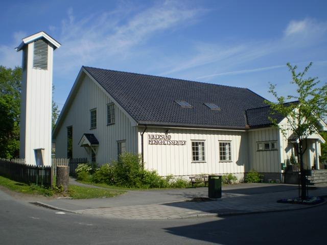 Hvitt hus med skilt som det står Modum menighetssenter. Foto.