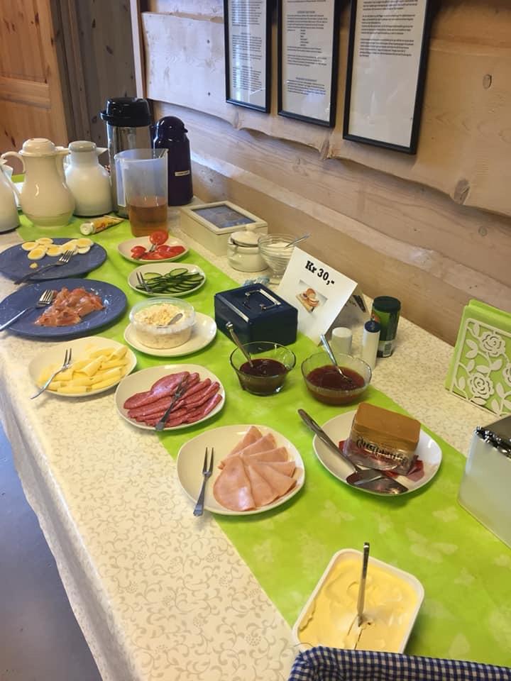 Bord med ulike matretter. Foto.
