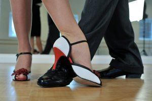Kvinne og mannsføtter som danser. Foto
