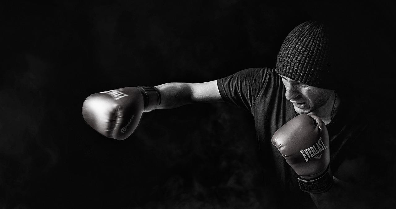 Mann med boksehanske som bokser.