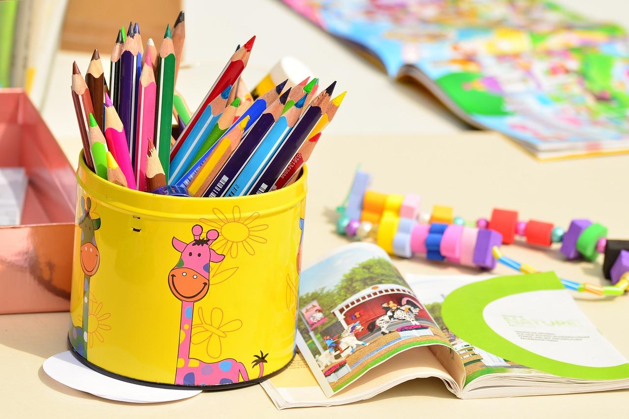 Fargeblyanter, leker og barnebok. Foto.