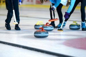 To personer som spiller curling. Foto.