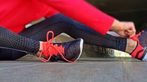 Person som knyter joggesko.