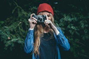 Kvinne som fotograferer. Foto.