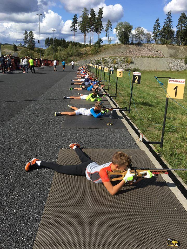 Unge skiskyttere som trener på å skyte på blink. Foto.