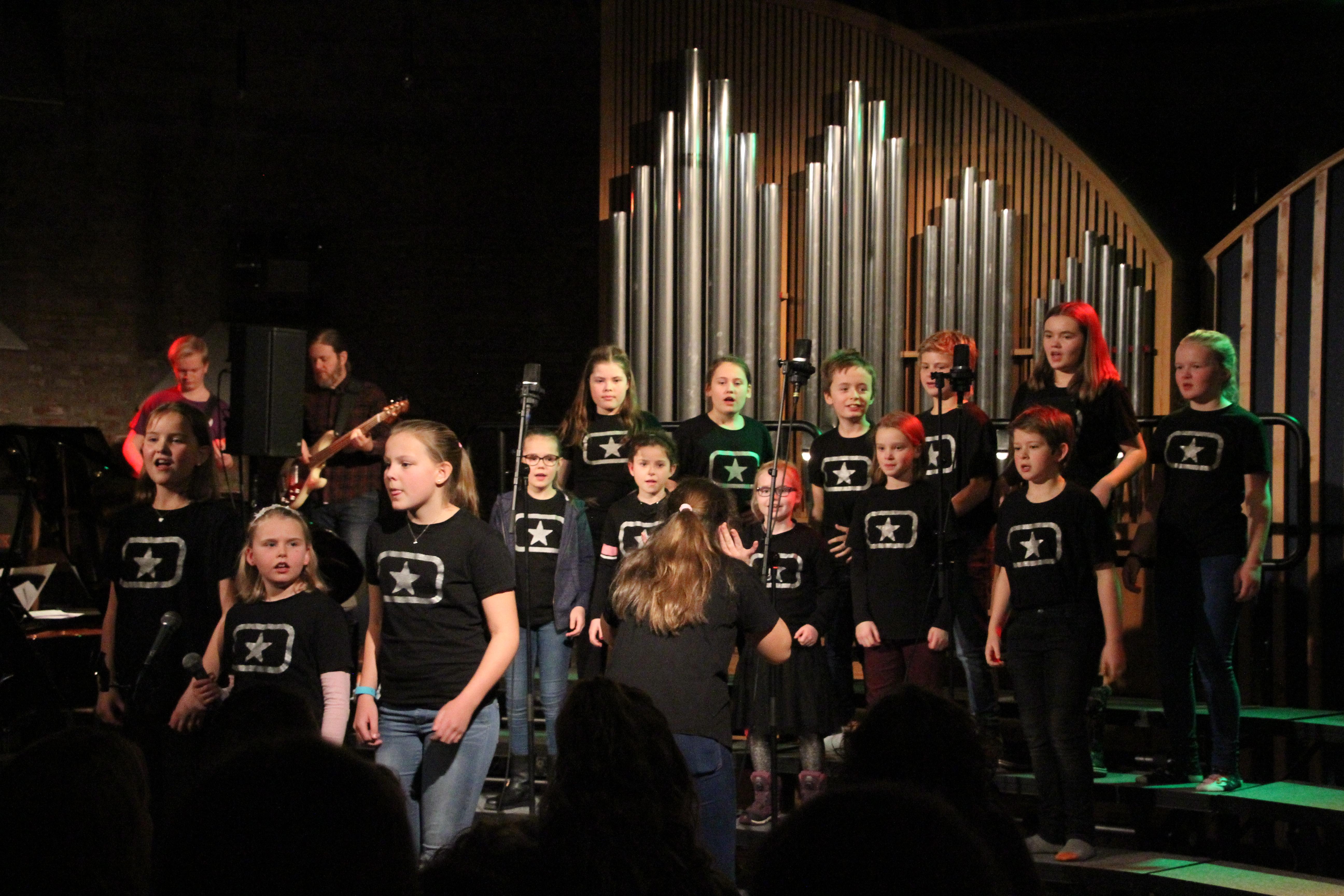 Unge som synger i kor. Foto.