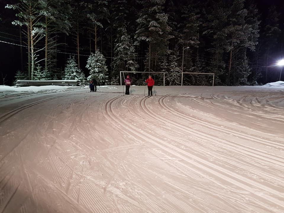 står på ski i skiløyper. foto