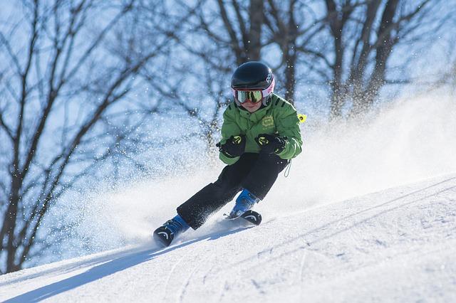 barn står på ski. snø. bildet.