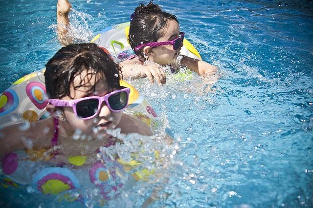 Barn bader. baderinger.basseng.foto