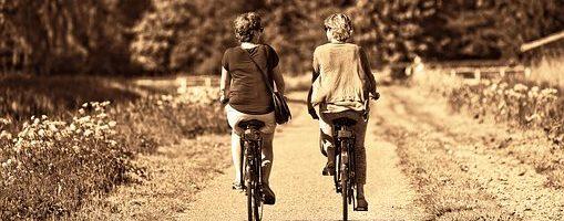 to som sykler sammen. Foto.