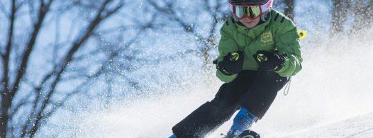 En gutt som kjører slalom. Foto