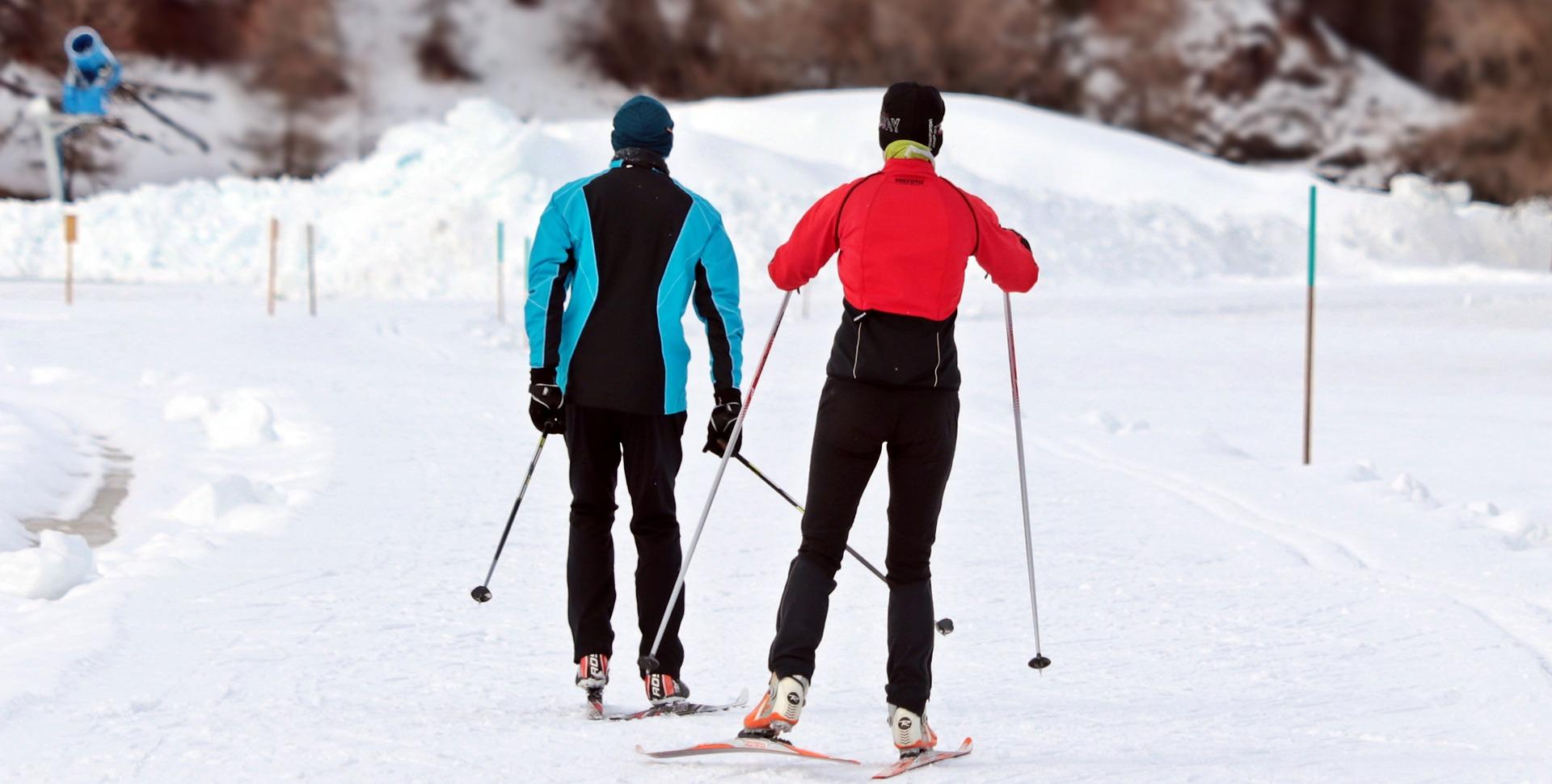 2 personer står på ski. foto